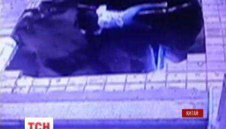 У Китаї під землю провалилася автобусна зупинка