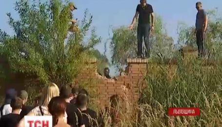 Несколько десятков львовян с топорами и молотами снесли ограждения вокруг озера Задорожное
