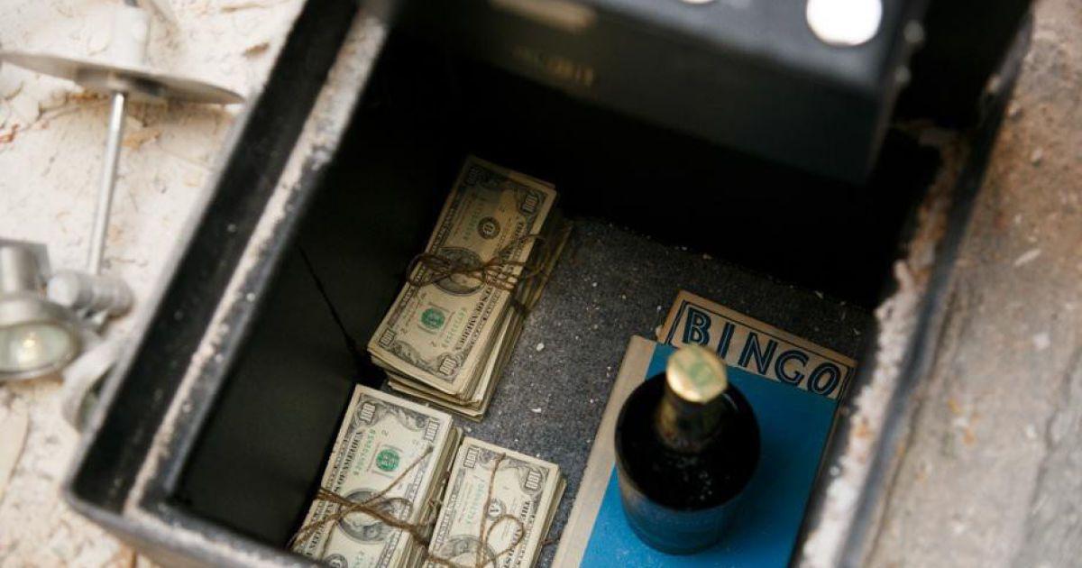 Подружжя не могло повірити, що знайшло гроші @ Imgur