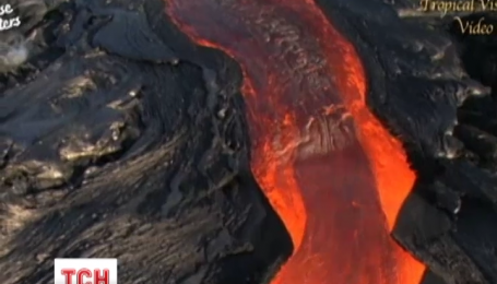 На Гавайях лава из вулкана Килауэа быстро течет в направлении поселка