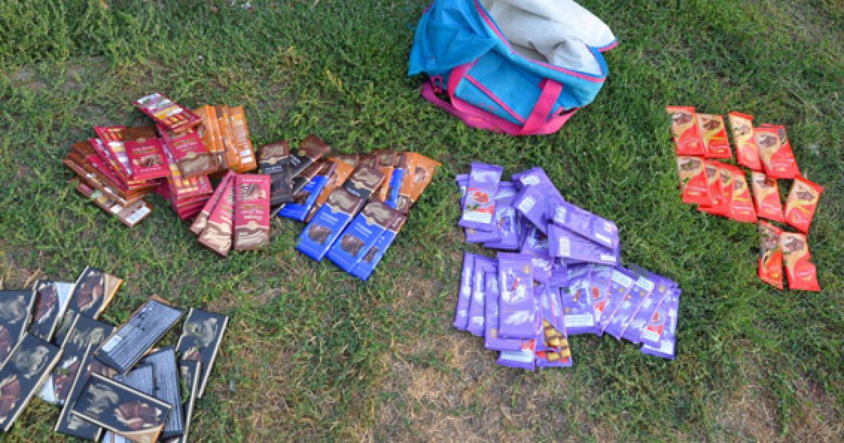 Взрослые мужчины украли из супермаркета около ста плиток шоколада @ Пресс-служба МВД Украины