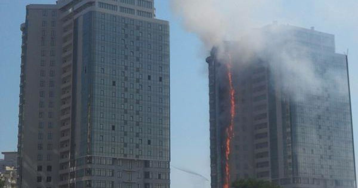 Очевидцы сообщают о первых пострадавших от масштабного пожара в одесской элитной высотке