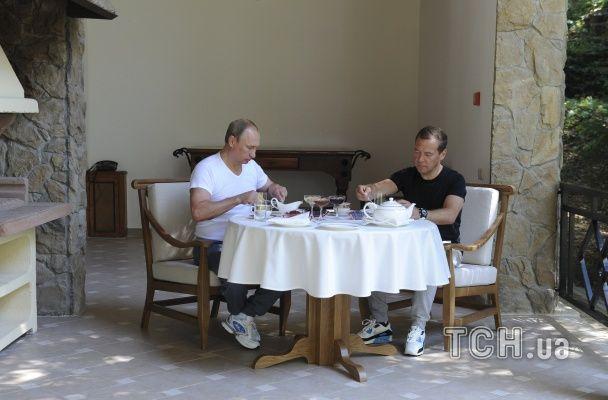 """Путін з Медведєвим у """"треніках"""" тягали залізо та пили чайок"""