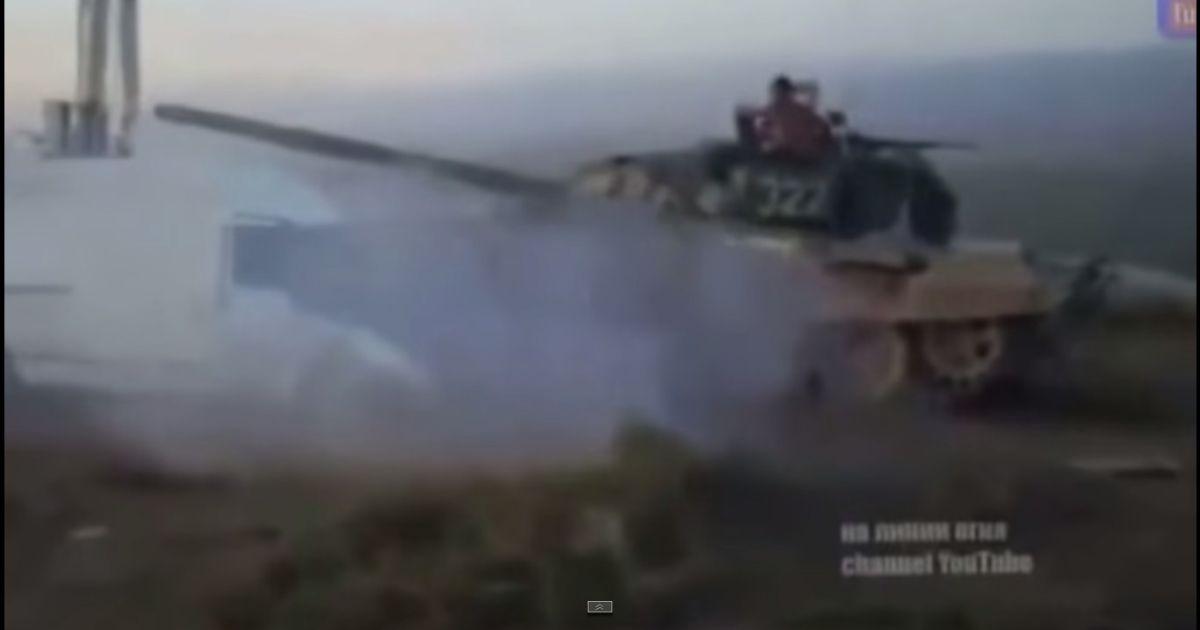 Танк боевиков показательно раздавил микроавтобус: авто на глазах превратилось в груду металлолома