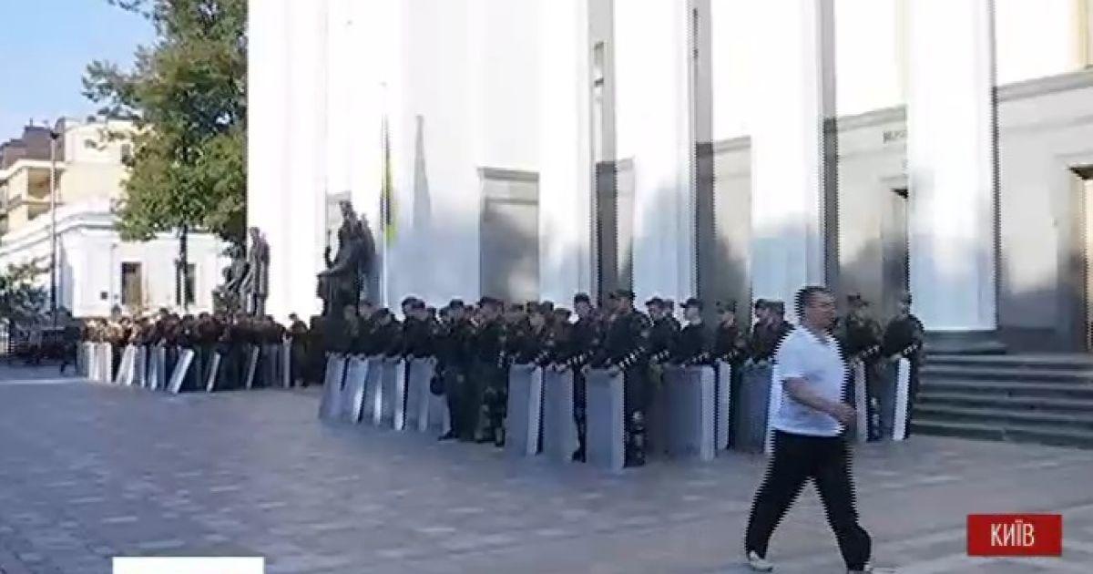 """""""День гнева"""": Под Раду уже стянули силовиков и митингующих"""
