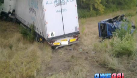 Грузовик раздавил легковушку в Харькове