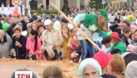В интернете появилось видео, как россиян снова кормят с помощью лопаты