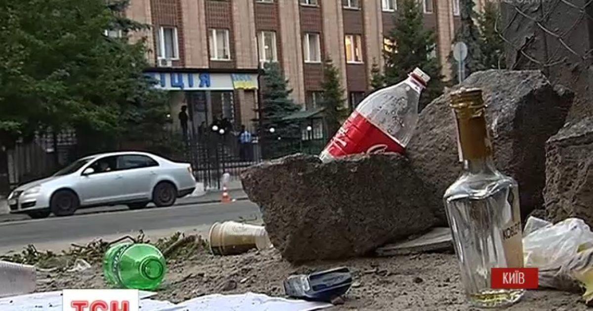 Защитники задержанных под Радой оставили после себя мусор и бутылки из-под алкоголя