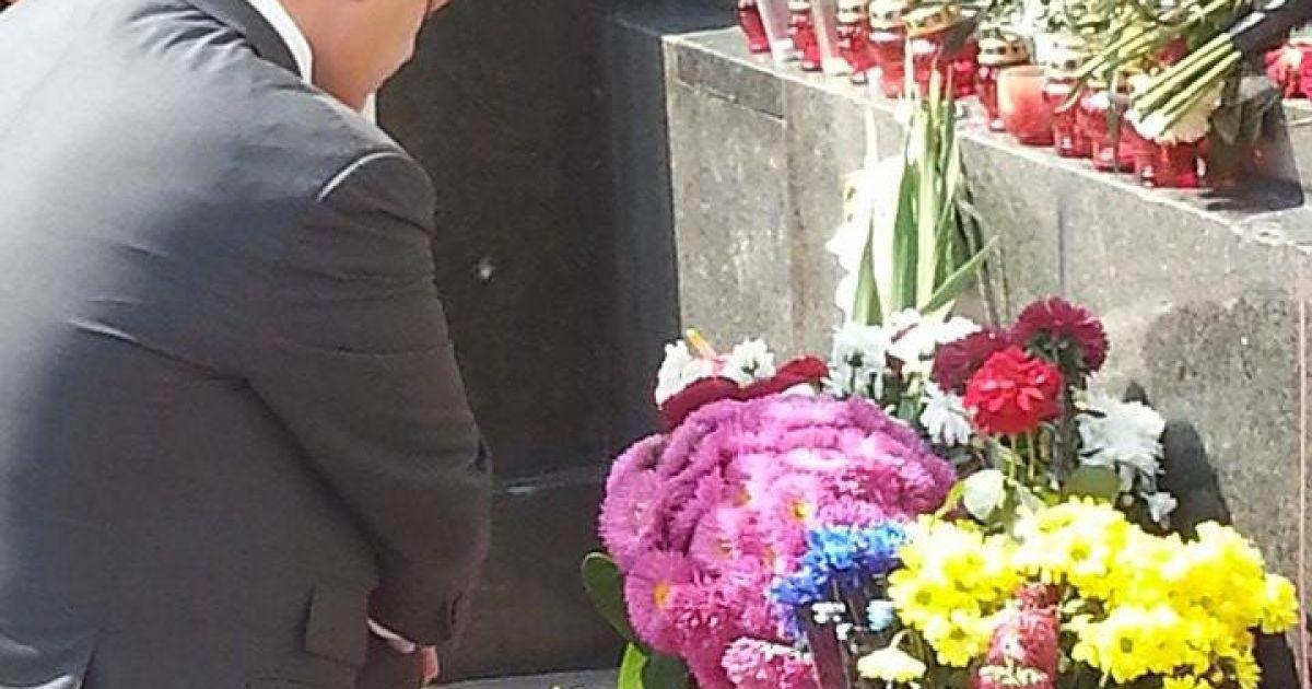 Порошенко поставил свечу в память трагических событий возле Рады @ Фото Инны Боднар/ТСН