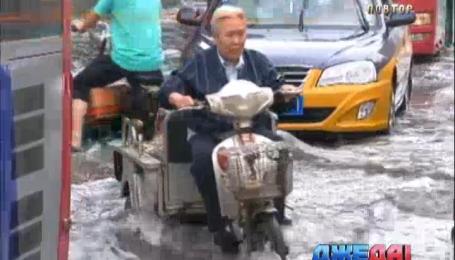 В Китае сильный ливень затопил дороги