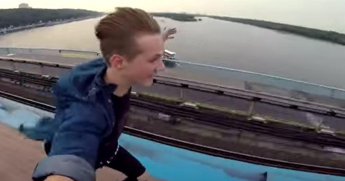 Видео экстремальной поездки киевлянина на крыше вагона метро собрало более 2,5 млн просмотров