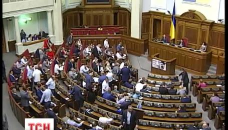 Парламент поступово оговтується від гарячих подій понеділка