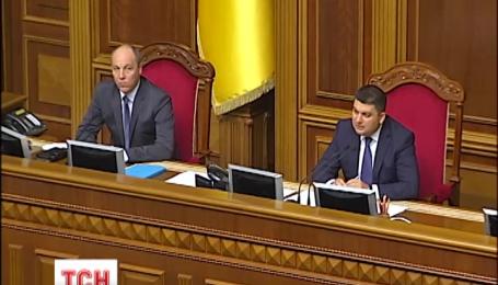 В парламенте день начался со взаимных обвинений по поводу кровавых столкновений