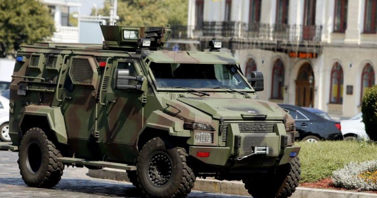 """Бронеавтомобиль """"КрАЗ Кугуар"""" едет по центру Киева @ УНИАН"""