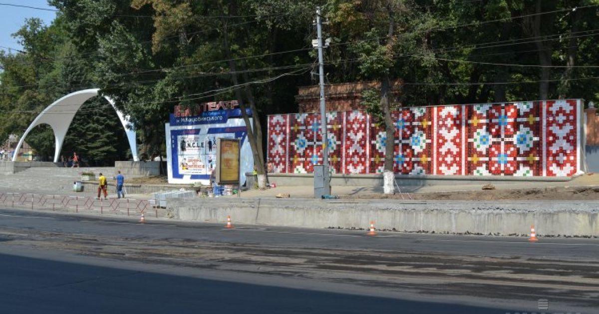 """Огромное панно """"Украинские узоры"""" в виде подольского вышиваного рушныка появилось в Виннице. Арт-объект размещен на стене длиной 18 метров и высотой в четыре метра @ УНИАН"""