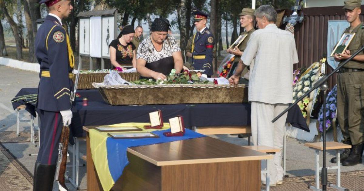 Церемония прощания с бойцами Нацгвардии Дмитрием Сластниковым и Александром Костиной, которые погибли от полученных ранений во время столкновений 31 августа возле Верховной Рады @ УНИАН