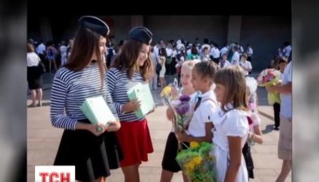 Кримським дітям роздають зошити із зображенням Путіна