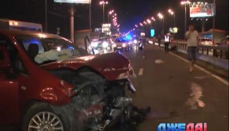 В Киеве водитель MINI Cooper спровоцировал аварию на Московском мосту