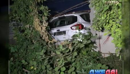 В Мариуполе легковушка влетела в бетонный забор