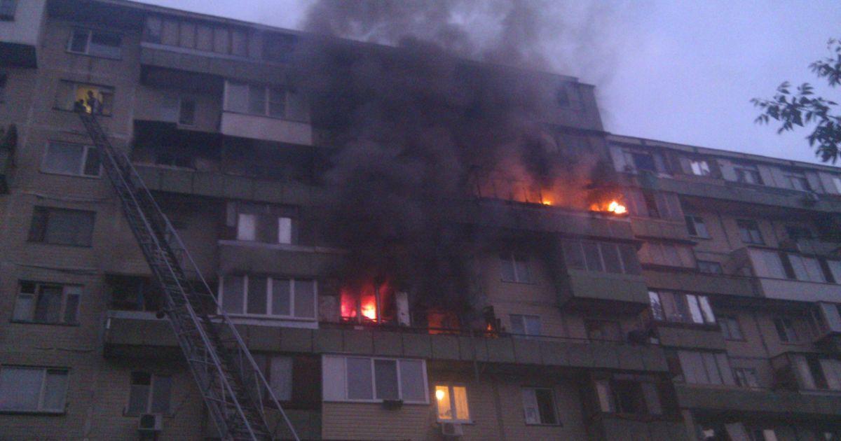 Пожар охватил 4 этажа @ facebook.com/MNS.GOV.UA