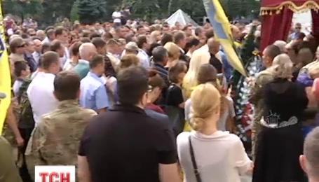 В столице сегодня провожали в последний путь известного волонтера и бойца АТО Андрея Галущенко