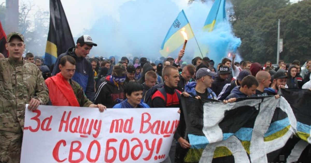 Украинские и белорусские болельщики приняли участие в совместном марше перед началом отборочного матча 7-го тура Чемпионата Евро-2016 между сборной Украины и сборной Беларуси во Львове. Сборная Украины одержала победу @ УНИАН