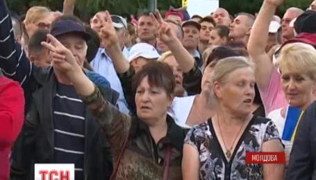 На центральну площу Кишиніва сходиться дедалі більше людей