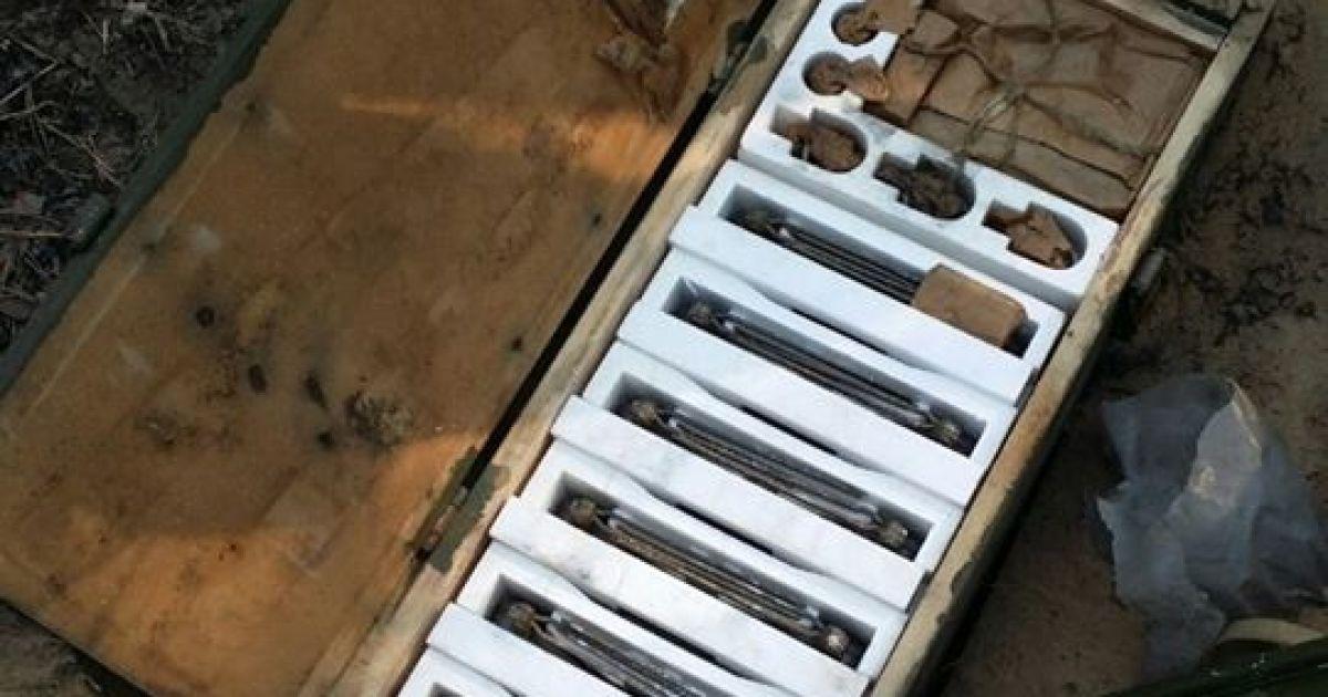 В лесу в районе Станицы Луганской в секторе А спецназовцы 8-в хмельницкого полка ГУР МО с помощью міношукача закопанный в земле схрон @ Facebook.com/artem.shevchenko.9