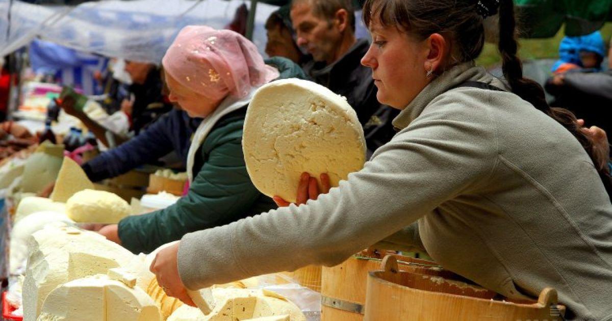 """Торговля овечьим сыром и брынзой во время фестиваля-ярмарки """"Гуцульская брындзя-2015"""" в Рахове на Закарпатье. Мероприятие приурочено к возвращению овцеводов с полонины домой @ УНИАН"""