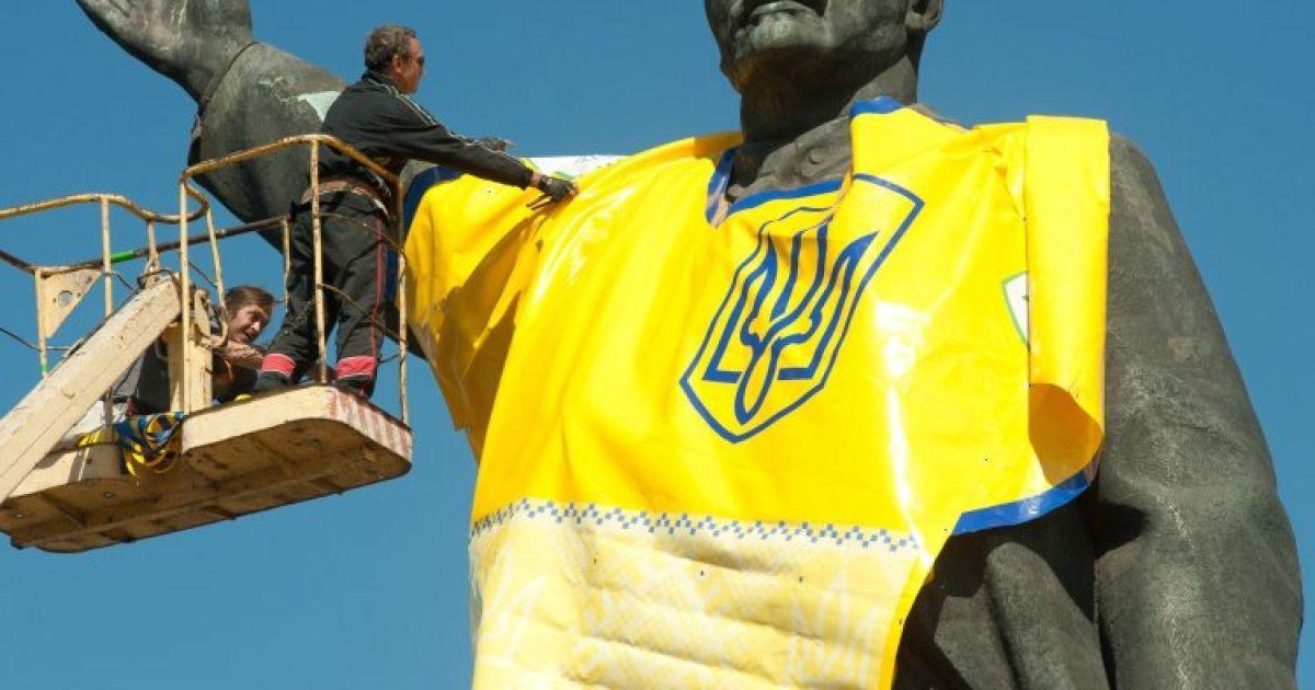 На памятник Ленину в Запорожье надели футболку национальной сборной Украины по футболу @ УНИАН