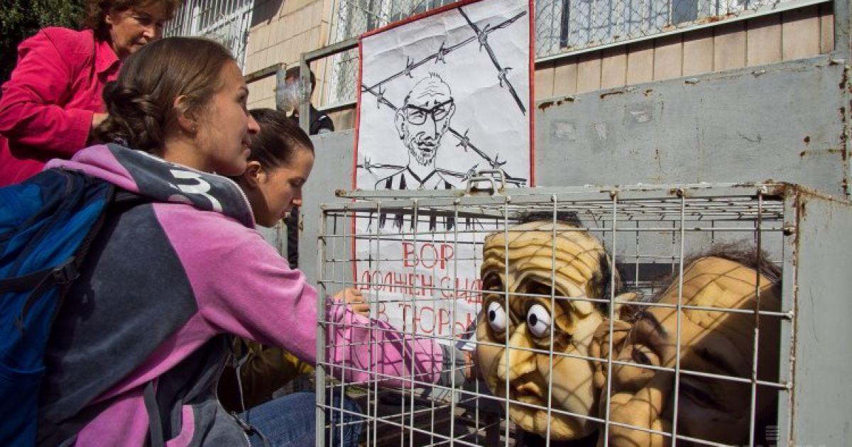 Активисты посадили в клетку куклы, которые напоминают Кернеса и Добкина. Протест состоялся возле здания Киевского суда Полтавы. Там проходило очередное судебное заседание по делу мэра Харькова Геннадия Кернеса, обвиняемого в похищении и избиении участников Евромайдана @ УНИАН