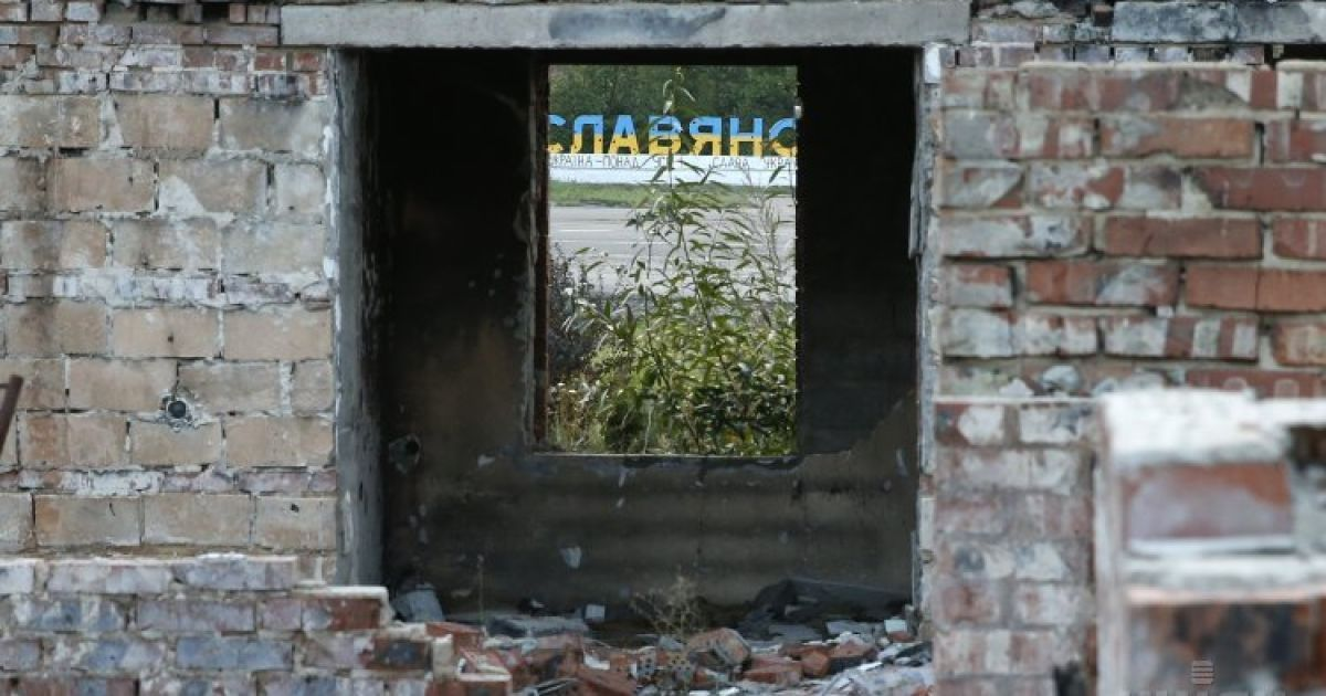 Разрушено в результате обстрелов здание в Семеновке, что возле Славянска на Донетчине @ УНИАН