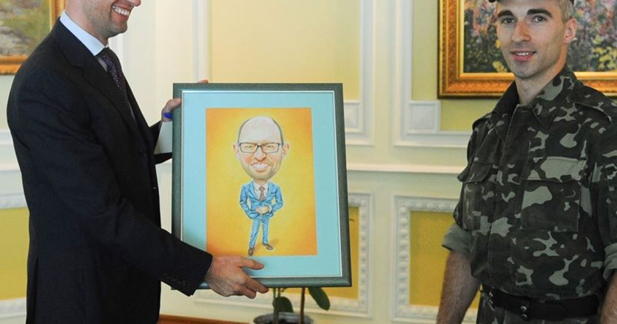 Премьер-министр Украины Арсений Яценюк получил карикатуру, которую нарисовал старший прапорщик Геннадий Михеев @ Facebook/Арсений Яценюк
