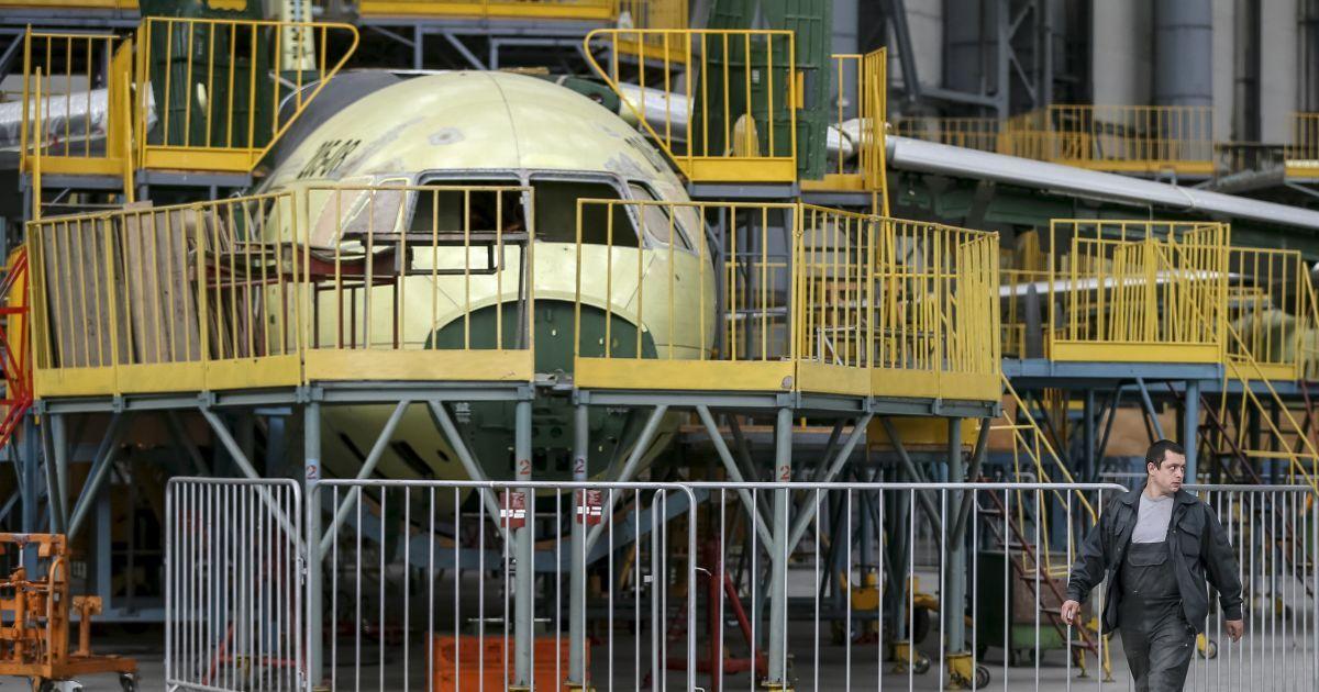 На заводі кипить робота над новим літаком