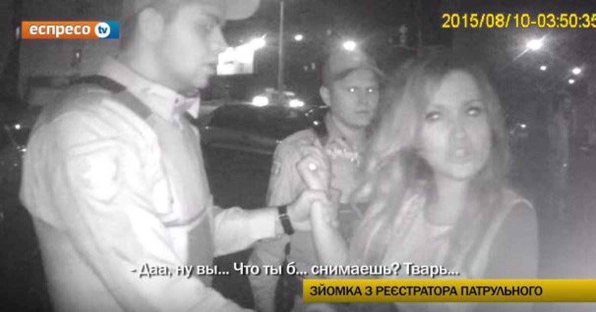 В Киеве пьяная невеста с кулаками и бранью бросалась на патрульных полицейских