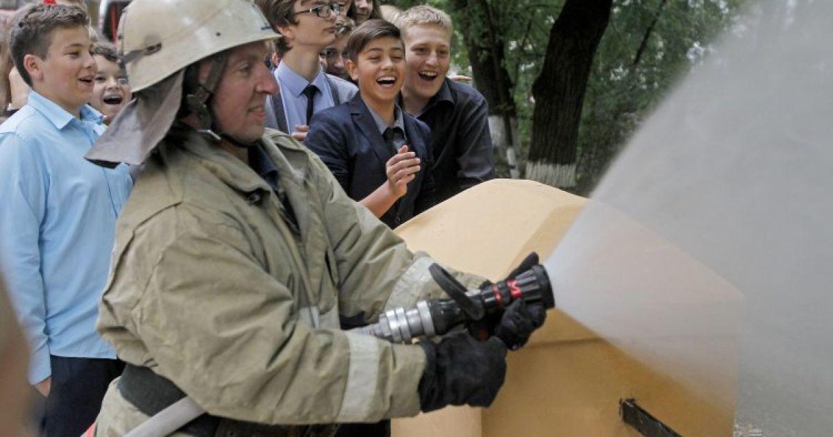 Спасатели провели учения по действиям в случае пожара в одной из школ Киева @ УНИАН