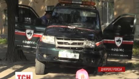 У Дніпропетровську позашляховик збив на тротуарі матір з двома дітьми