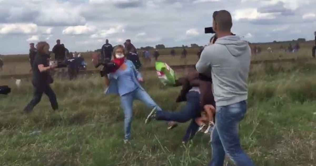 В Венгрии оператор пнула подростка и намеренно сбила с ног беженца с ребенком