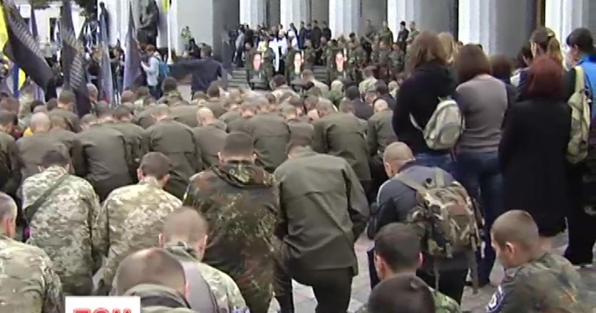 Киев почтил жертв теракта под Верховной Радой полуторачасовой церемонией