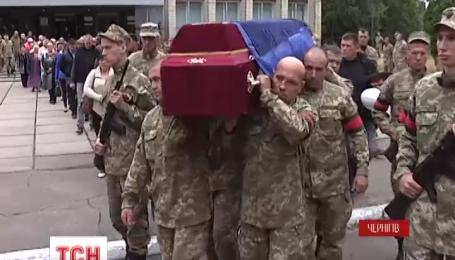 В Чернигове попрощались с защитником Луганского аэропорта