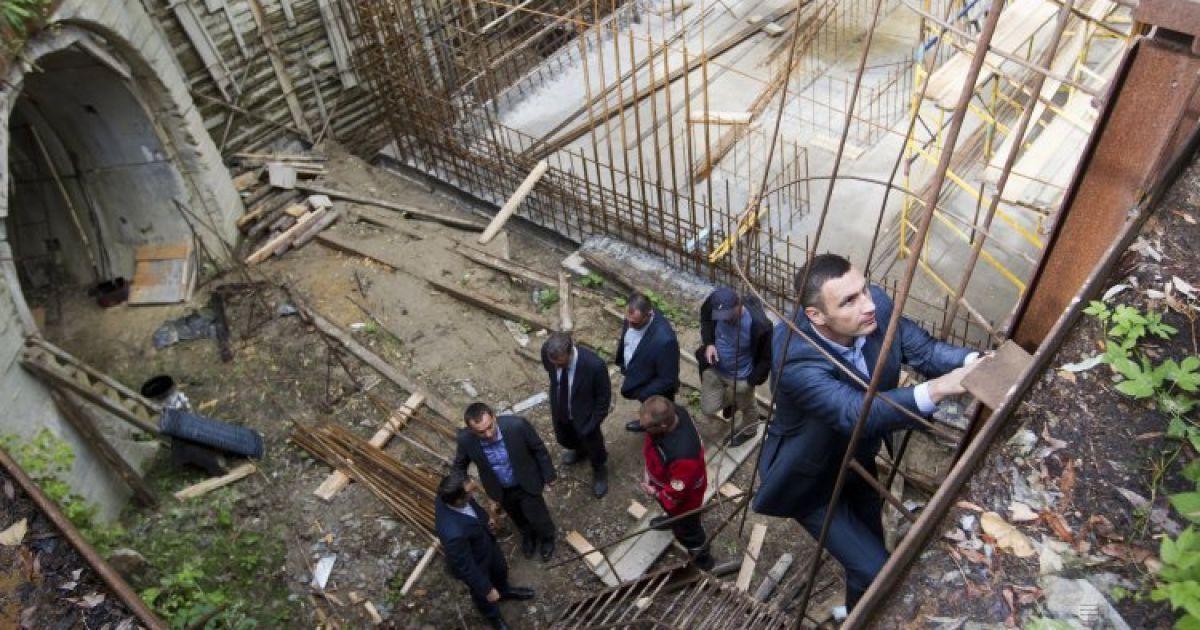 Мэр Киева Виталий Кличко во время инспекции выполнения работ по строительству второй нитки киевского коллектора @ УНИАН