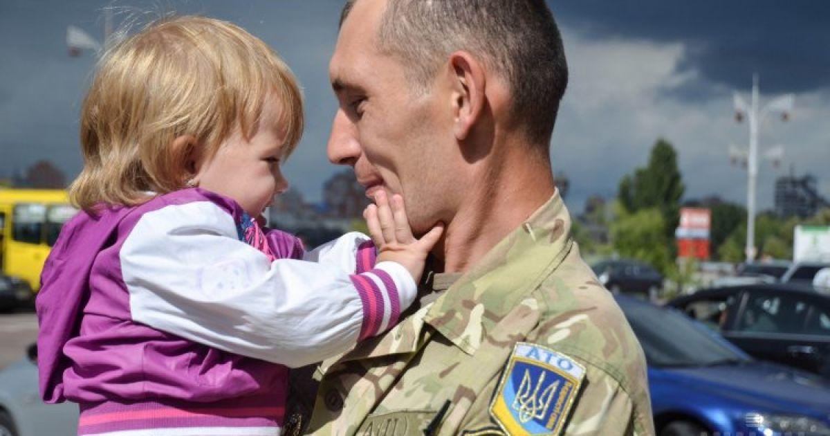 На железнодорожном вокзале в Киеве встречают бойцов 72-й отдельной механизированной бригады Вооруженных сил Украины, которые вернулись из зоны проведения АТО @ УНИАН