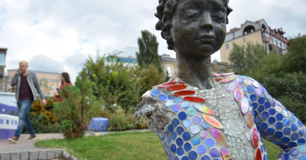 """Скульптура """"Маленького принца"""" с отбитой рукой на Пейзажной аллее в Киеве. Руку скульптуре отбивают уже второй раз @ УНИАН"""