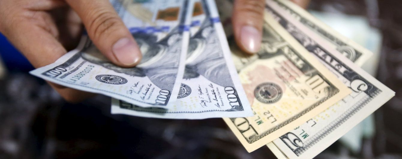 У вільному продажу долар і євро можна купити на дві гривні дорожче за офіційний курс