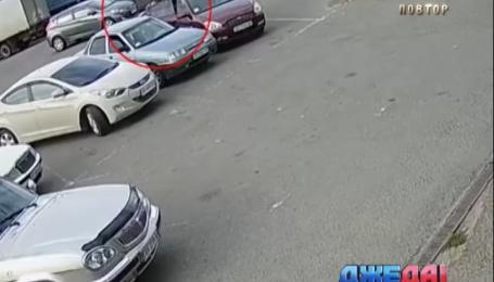 В Харькове среди бела дня прямо под камерой обчистили машину