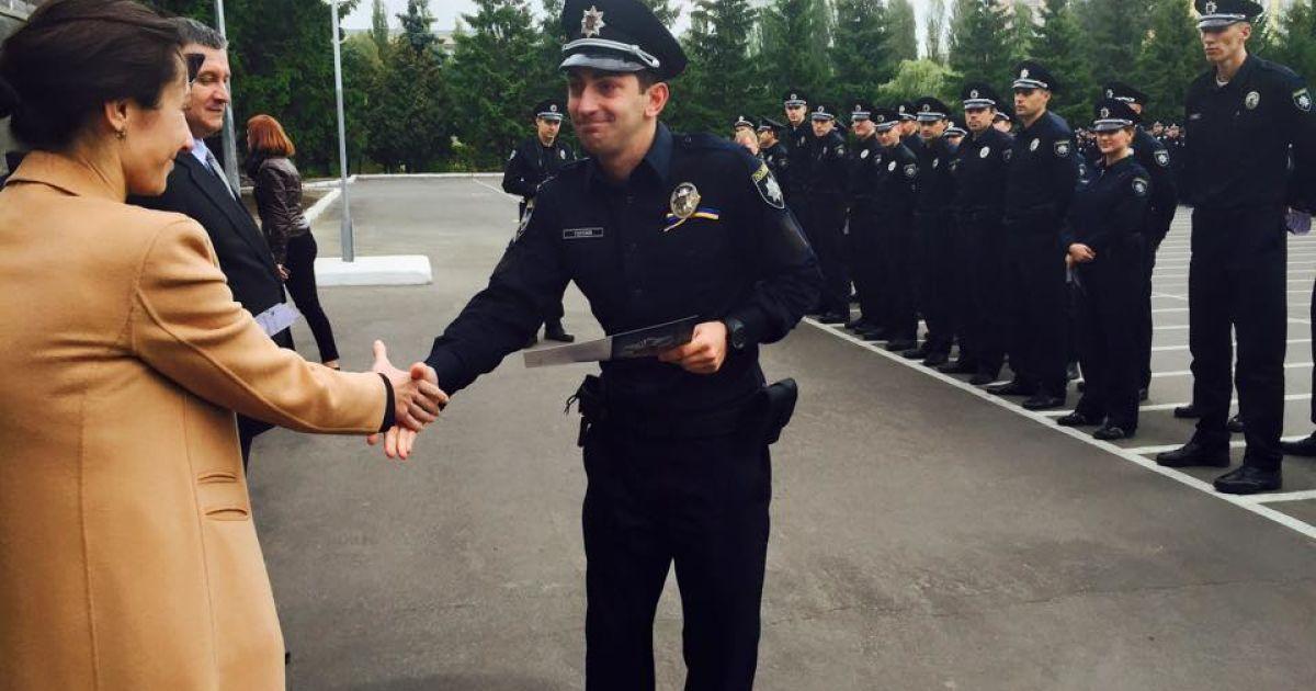Во время торжественного вручения новых погон и жетонов патрульным полицейским Киева