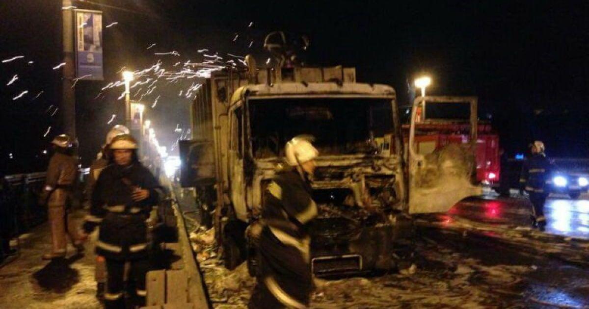 На мосту Патона загорелся и взорвался грузовик. @ ТСН