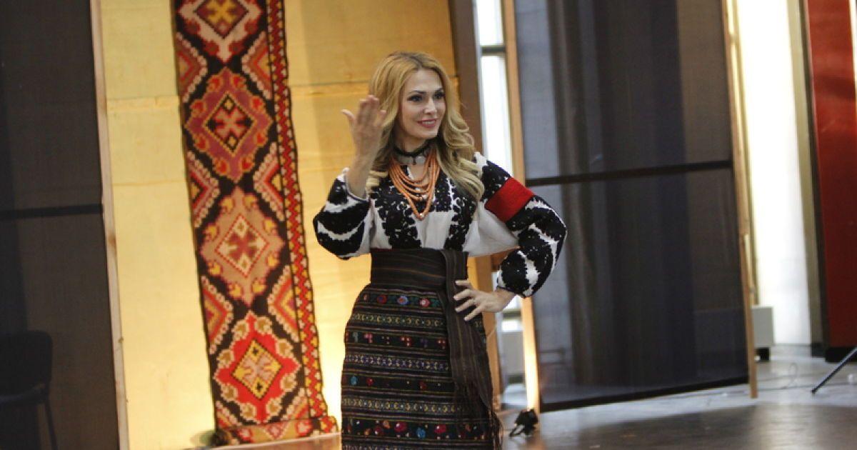Українські зірки взяли участь у показі вишиванок Повноекранний режим 00e32719a95b2