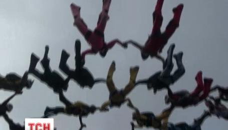 В небе над аэродромом Коротич 25 парашютисток установили рекорд