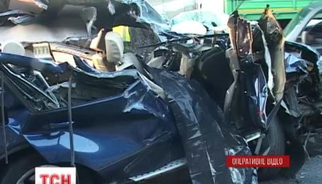 В Киеве пьяный водитель иномарки врезался в военный грузовик